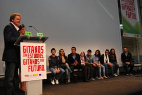 Juan Luis Cano, with nine teenagers during the public presentation of the campaign